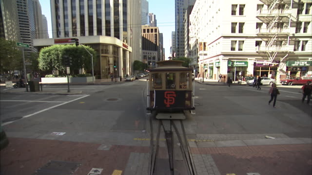 pans of stopped cable car - cable car moving down california street with san francisco giants flag on back - cable cars waiting on california street - カリフォルニアストリート点の映像素材/bロール