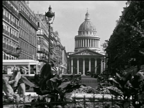 vidéos et rushes de b/w 1927 pantheon at end of rue soufflot / trolley crossing in foreground / paris, france - dôme