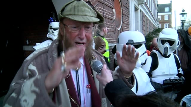 stockvideo's en b-roll-footage met pantomime horse race john mccririck interviewed sot / mccririck posing with darth vader and doing ticktack / mccririck interviewing horses /... - john mccririck