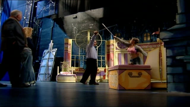 vídeos de stock, filmes e b-roll de peter pan actor henry winkler reheasing sword fight with female actress on stage - henry winkler ator