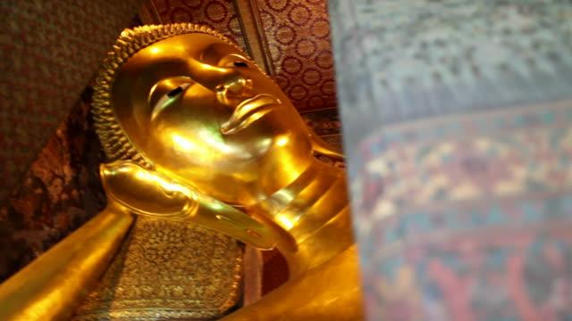 stockvideo's en b-roll-footage met ms panview of  giant reclining buddah in wat pho temple / bangkok, bangkok, thailand - achterover leunen