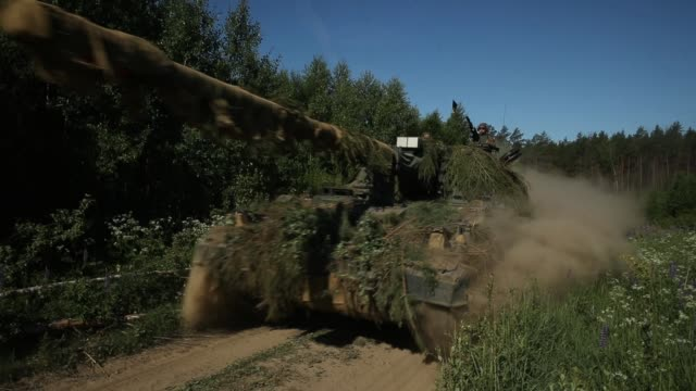 a panzerhaubitze 2000 which is a german 155mm selfpropelled howitzer of the bundeswehr the german armed forces takes part in thunder storm 2018... - 演習点の映像素材/bロール