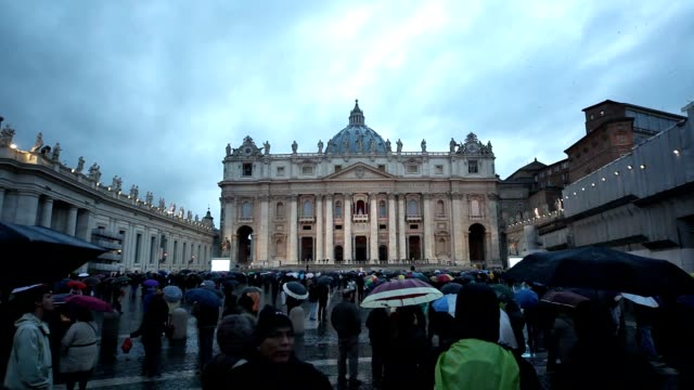 papal conclave day one at st. peter's square on march 12, 2013 in vatican city, vatican. - サンピエトロ広場点の映像素材/bロール