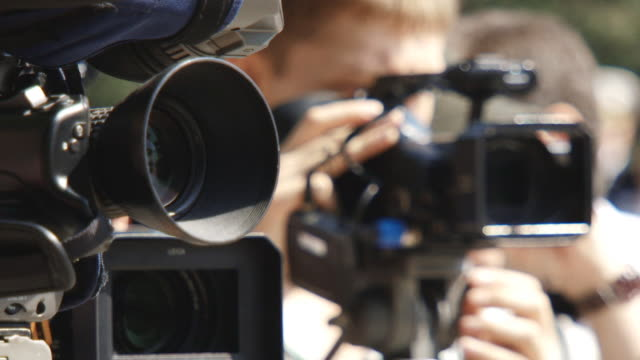 paparazzi sul lavoro - journalist video stock e b–roll