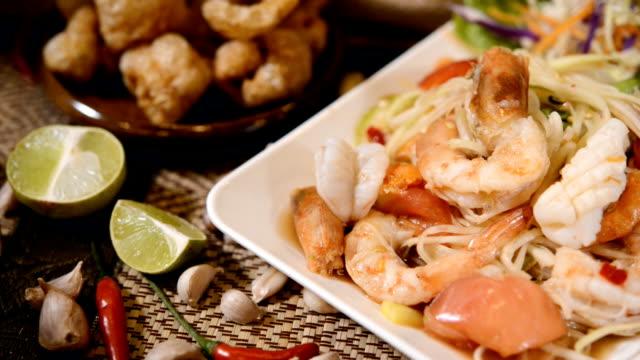 vídeos de stock e filmes b-roll de papaya salad seafood or somtom seafood - camarão