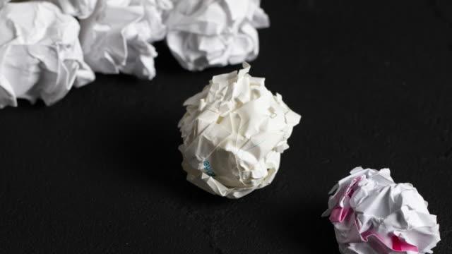 紙のボール - グレースケール点の映像素材/bロール