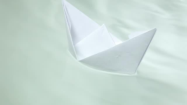 Barchetta di carta in acqua