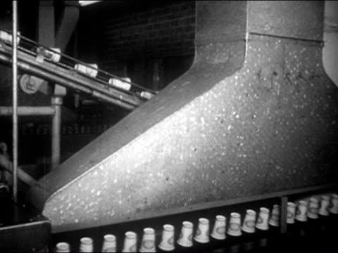 paper cups moving on conveyor belt at lily-tulip cup corportion factory / augusta, georgia / audio - slit och släng bildbanksvideor och videomaterial från bakom kulisserna