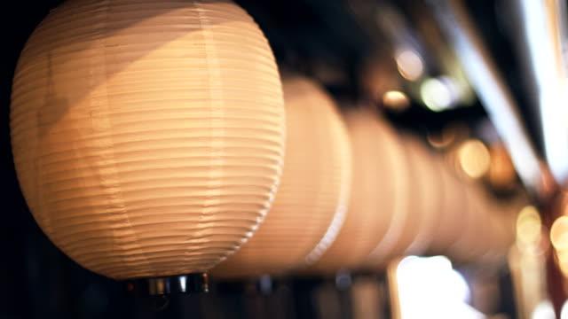 vidéos et rushes de lanternes de papier la nuit - lanterne