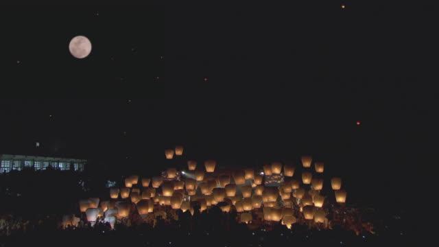 paper lanterns float into the night sky during a festival in taipei, taiwan. - lanterna attrezzatura per illuminazione video stock e b–roll