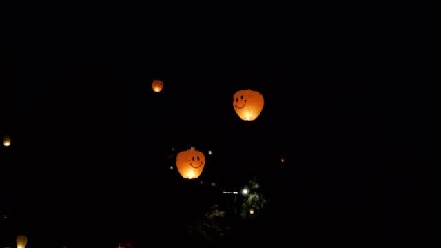 Papieren lantaarns vliegen naar de nachtelijke hemel, viering, Valentijnsdag, datum, maken een wens, twee gelukkige gezichten, romantici, vakantie, reizen, bestemmingen, liefhebbers conversation, nacht partijen, liefdesrelatie