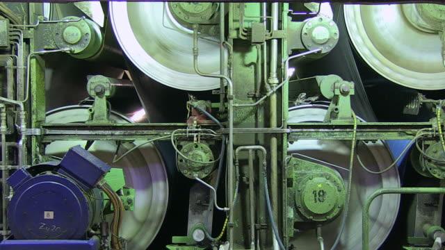 vídeos y material grabado en eventos de stock de ms pan paper machine at paper mill / weener, lower saxony, germany - fábrica de papel