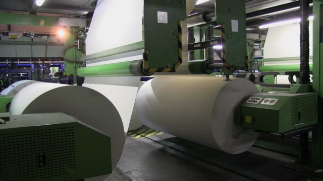 vídeos y material grabado en eventos de stock de ms paper rolls at cutting machine in paper mill / glueckstadt, schleswig-holstein, germany - fábrica de papel