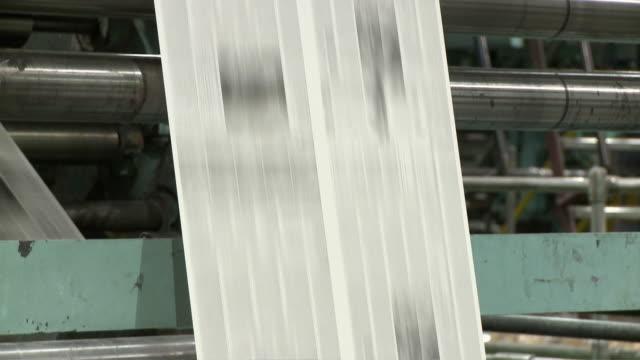 vídeos de stock, filmes e b-roll de cu tu paper running through printing press, san francisco, california, usa / audio - movimento perpétuo