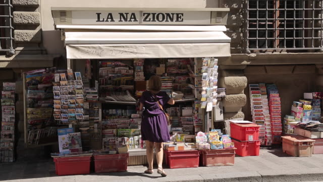 paper stall near piazza del duomo, florence, tuscany, italy, europe - florence italy stock videos & royalty-free footage