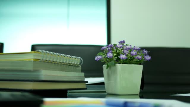 テーブルの上の紙の仕事 - ホッチキス点の映像素材/bロール