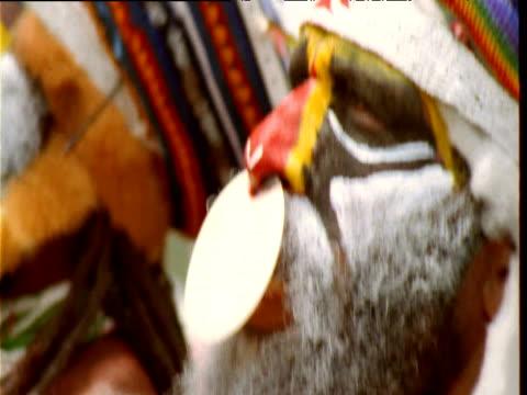 vídeos de stock, filmes e b-roll de papuan villager in traditional dress dances at mount hagen show, papua new guinea - idioma