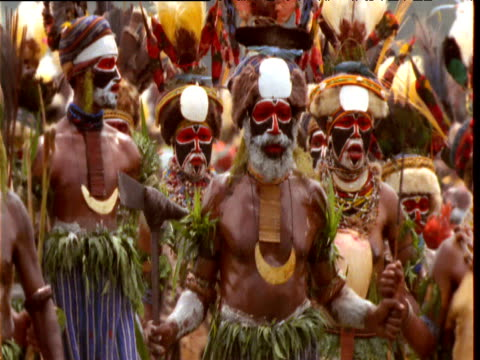 vidéos et rushes de papuan villagers in colourful feather headdresses and costumes at mount hagen show, papua new guinea - coiffe traditionnelle