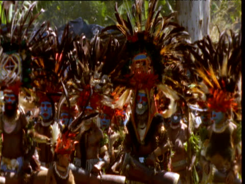 vídeos de stock e filmes b-roll de papuan villagers in traditional costume and headdresses perform at mount hagen show, papua new guinea - dança tradicional