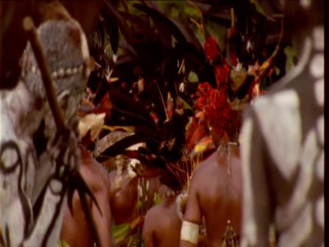vidéos et rushes de papuan villagers including omo masalai skeleton dancers perform at mount hagen show, papua new guinea - coiffe traditionnelle
