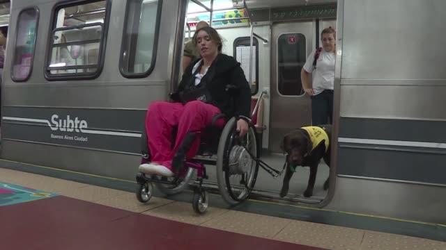 para algunos viajar en el metro de buenos aires es todo un desafio - desafio stock videos and b-roll footage