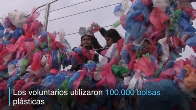 para aumentar la conciencia popular sobre la contaminacion de los oceanos jovenes nepaleses crearon una escultura de bolsas plasticas con la forma... - escultura stock videos & royalty-free footage