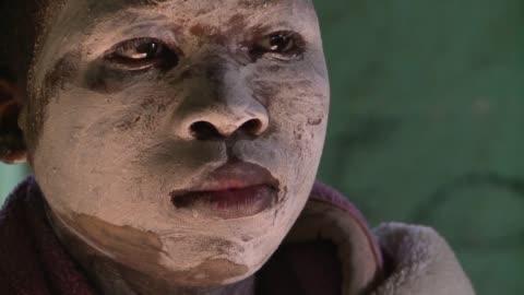 para convertirse en hombres los jovenes de la etnia xhosa en sudafrica deben enfrentar el dolor y el peligro de un ritual de iniciacion que incluye... - circumcision stock videos & royalty-free footage