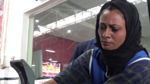 para esta joven de 24 anos no fue facil trabajar como mecanica en pakistan un pais bajo el sistema del patriarcado - multan stock videos and b-roll footage