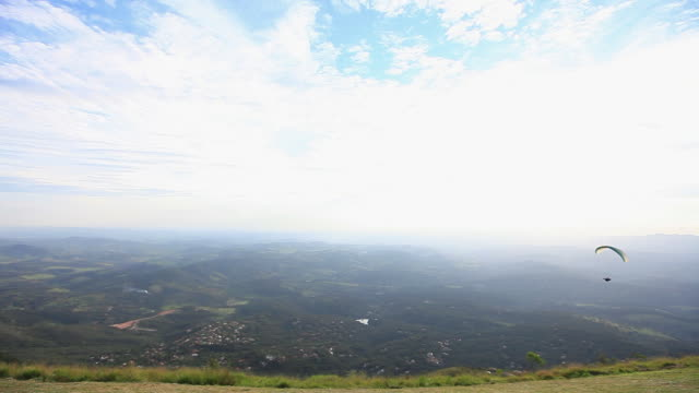 ws para glider flying / belo horizonte, minas gerais, brazil - horizonte stock videos & royalty-free footage