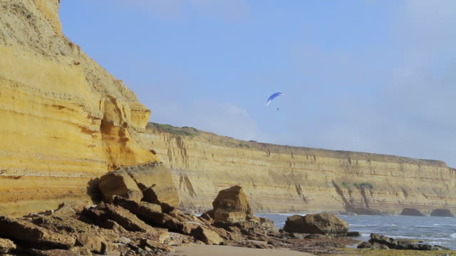 ws para glider skimming stunning cliffs of surf coast at jan juc beach / melbourne, victoria, australia - paragliding stock videos & royalty-free footage