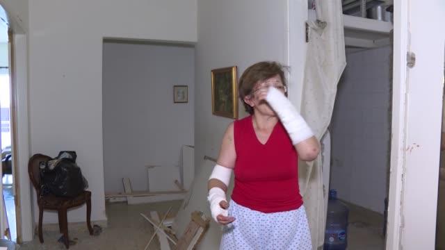 para los libaneses que asistían impotentes al derrumbe económico y social de su país, las mortíferas y devastadoras explosiones del puerto de beirut... - lebanon country stock videos & royalty-free footage