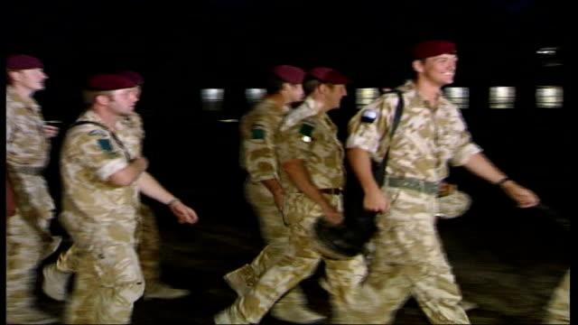 vidéos et rushes de parachute regiment soldiers arriving back in uk; **beware flash photography** england: essex: colchester: ext / night various shots of soldiers from... - infanterie