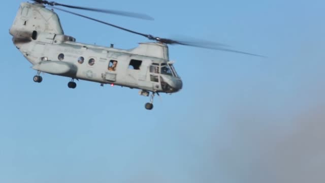 parachute riggers with 1st air delivery platoon landing support company combat logistics regiment15 conduct 1500 foot staticline jumps out of ch46... - basläger bildbanksvideor och videomaterial från bakom kulisserna