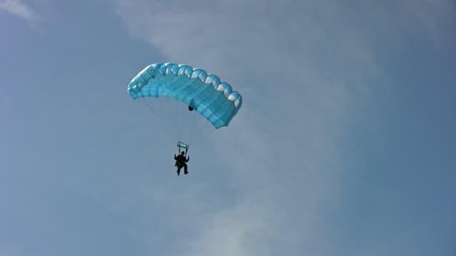 vídeos de stock, filmes e b-roll de parachuters em treinamento - masculinidade