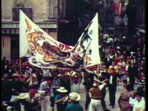 vídeos y material grabado en eventos de stock de 1953 ws ms parade and festival with large dolls and banners, people dancing on streets / pamplona, spain / audio - 1953
