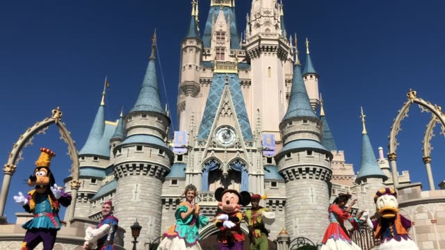 stockvideo's en b-roll-footage met parade and performance at the magic kingdom orlando disney park - geografische locatie