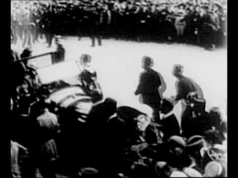 vidéos et rushes de parade at beginning of us entry into wwi in paris / general john pershing and man in top hat exit car as parisian crowds watch / french marshal... - général grade militaire