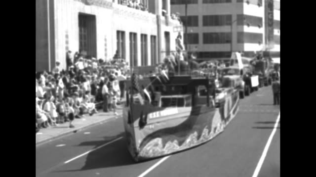 vídeos de stock, filmes e b-roll de parade float in the image of the css virginia makes its way down street during parade at the united confederate veterans reunion / rear dolly shot... - cansei de ser sexy