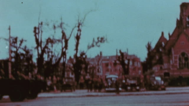 vidéos et rushes de parade of allied tracked reconnaissance vehicles down tiergarten / berlin germany - 1945