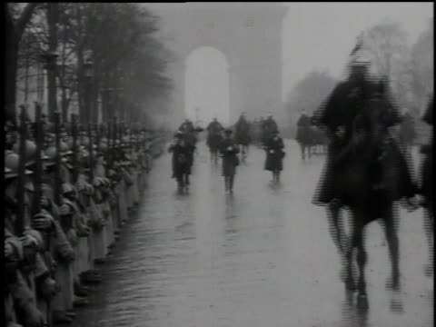 parade of cars, horsemen and horse-drawn carriages down champs elysee with a faint arch de triomphe in background / paris, france - triumphbogen paris stock-videos und b-roll-filmmaterial