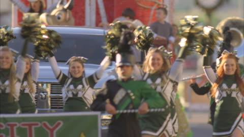 ws swish pan pan tu td zi parade of cheerleaders, marching band and truck pulling large float / fillmore, california, usa - swish pan stock videos & royalty-free footage