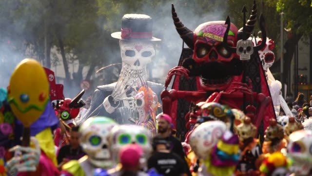 vídeos de stock e filmes b-roll de parade of day of the dead celebrated in reforma avenue on october 28, 2017 in mexico city, mexico. the religious syncretism which combines catholic... - tradição