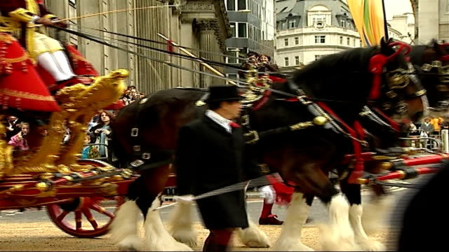 london the city ext horse guards and mounted household cavalry band along leading parade of lord mayors royal exchange building in background/ david... - lord mayor of london city of london stock videos & royalty-free footage