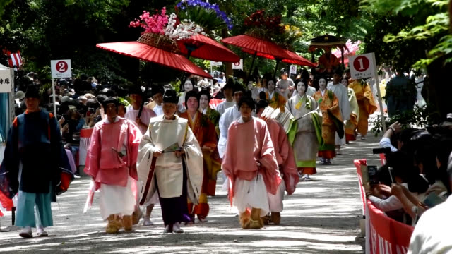 vídeos de stock e filmes b-roll de parade of people in colorful court attire put the crowd here on may 15 in the spirit to celebrate the first aoi festival of the reiwa era. rika ono... - samurai