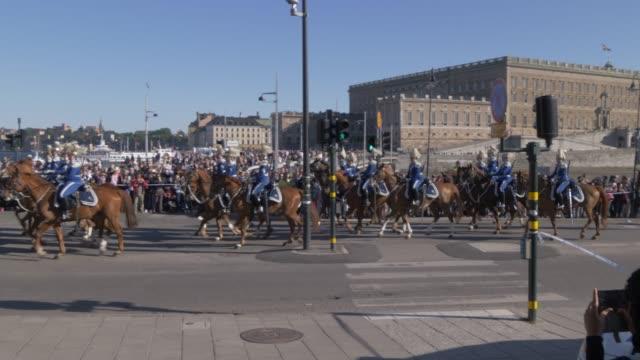 parade of royal pageantry on swedens national day in june on stromgatan, stockholm, sweden, scandinavia, europe - schweden stock-videos und b-roll-filmmaterial
