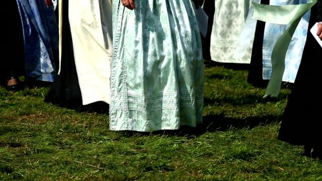 vídeos y material grabado en eventos de stock de desfile de mujeres en vestido tradicional de baviera - congregación