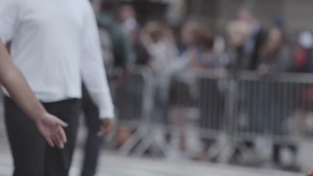vídeos de stock, filmes e b-roll de desfile passa por uma rua da cidade. - desfiles e procissões