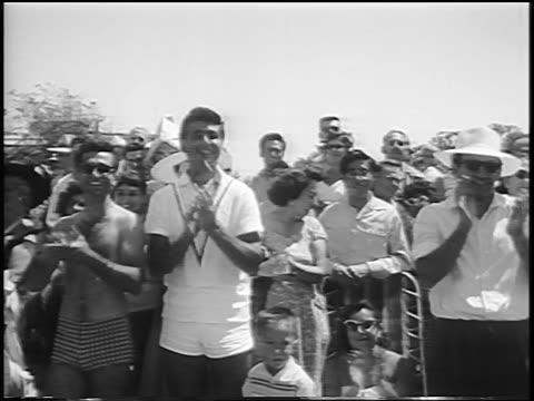 vidéos et rushes de b/w 1956 parade watchers smiling applauding at miss universe beauty parade / long beach ca - concurrent