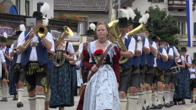 parade with traditional costume and brass band in bavaria - traditionelle kleidung stock-videos und b-roll-filmmaterial