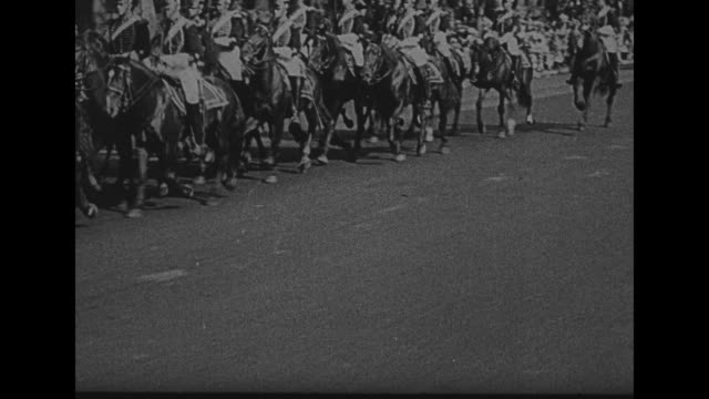 """vidéos et rushes de parade with wagon hauling artillery piece with banner: """"6th us field artillery, fired first american shot of war"""" / arrive at philadelphia / title... - philadelphie"""
